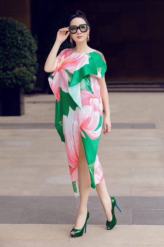 Hoa hậu giấu đường cong trong thiết kế váy suông hoạ tiết hoa mộc lan sang trọng, thanh lịch