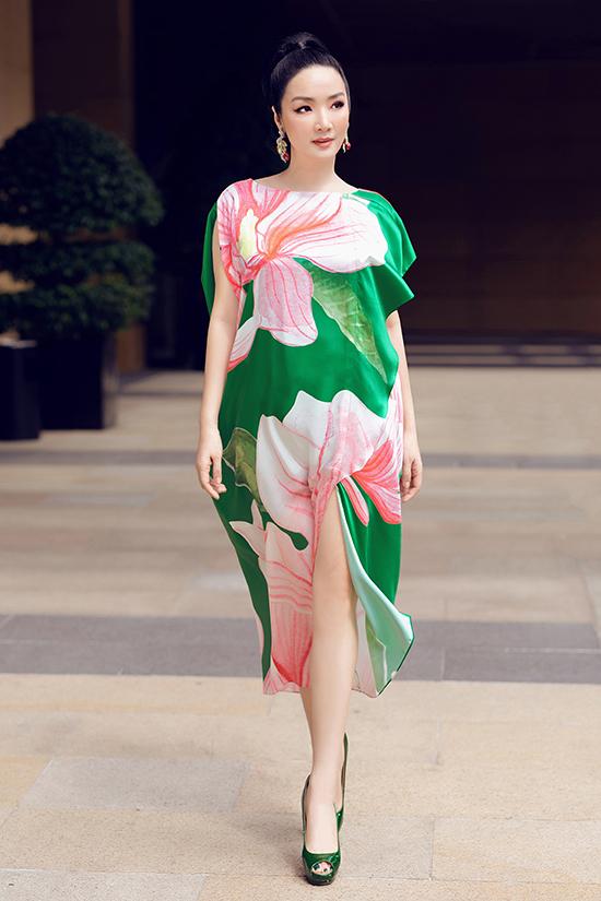 Vải lụa mềm mại tạo nên sự nhẹ nhàng và khiến người mặc trở thành những quý cô sành điệu cùng xu hướng hè thu.