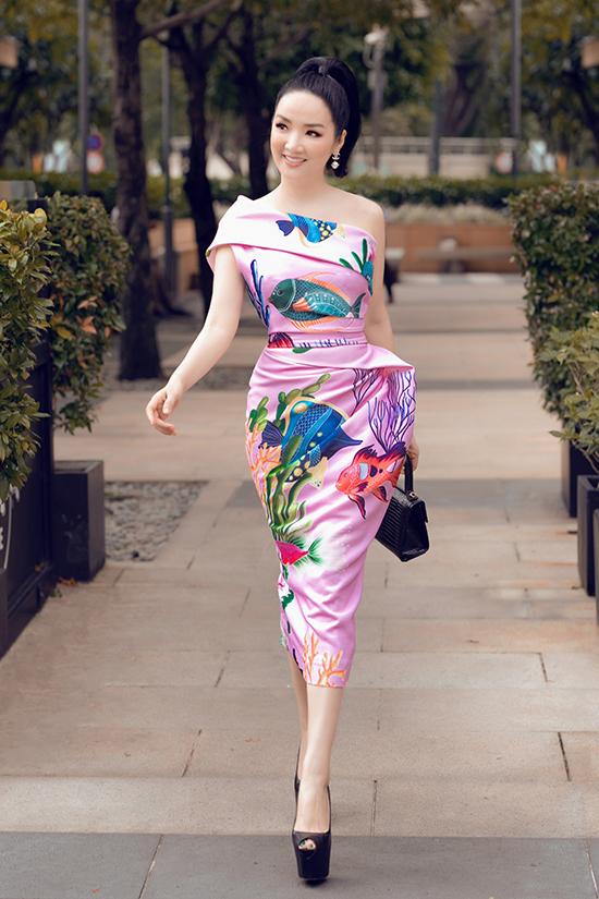 Cùng với gam hồng dễ nịnh da, phần thân váy được tạo khối, xử lý nếp gấp độc đáo giúp đường cong của người mặc cuốn hút hơn.