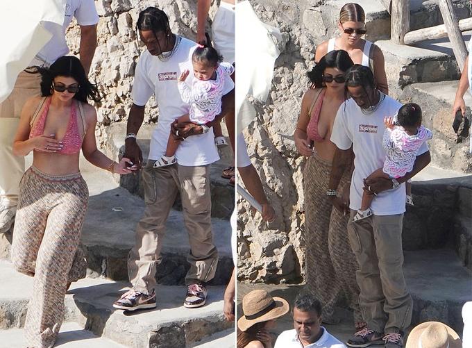 Kylie đã tới Italy từ giữa tuần cùng gia đình, bạn bè để chuẩn bị tổ chức sinh nhật vào ngày 10/8. Bạn trai chăm sóc cô con gái Stormi 19 tháng tuổi để Kylie có nhiều thời gian rảnh vui chơi.
