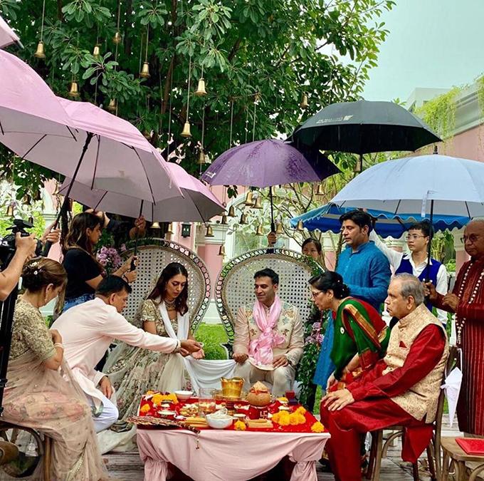 Tối ngày 2/8, cô dâu Sheetal Pritmani và chú rể Shyam Parameswaran tổ chức tiệc cưới trong nhà sau khi thực hiện nghi lễ cưới ngoài biển. Cô dâu là CEO & Founder của thương hiệu thời trang Milk Shirts nổi tiếng ở Hong Kong, chú rể là Director EM Trading (giám đốc kinh doanh) của Barclays, Singapore.