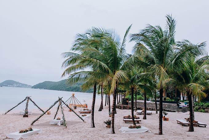 Ekip dựng các lều, võng, bàn ghế để khách có thể thư giãn, nghỉ ngơi sau khi tắm biển.
