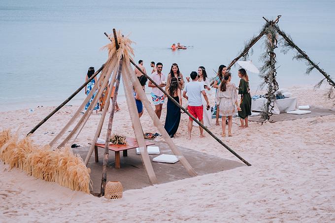 Đám cưới diễn ra đúng dịp mưa bão ở Phú Quốc, tuy nhiên điều này không làm ảnh hưởng tới tinh thần của cô dâu, chú rể và khách mời. Dẫu trời mưa, tất cả mọi người vẫn ăn tiệc, uống rượu, nhảy múa trong mưa và luôn lạc quan, ekip chia sẻ.