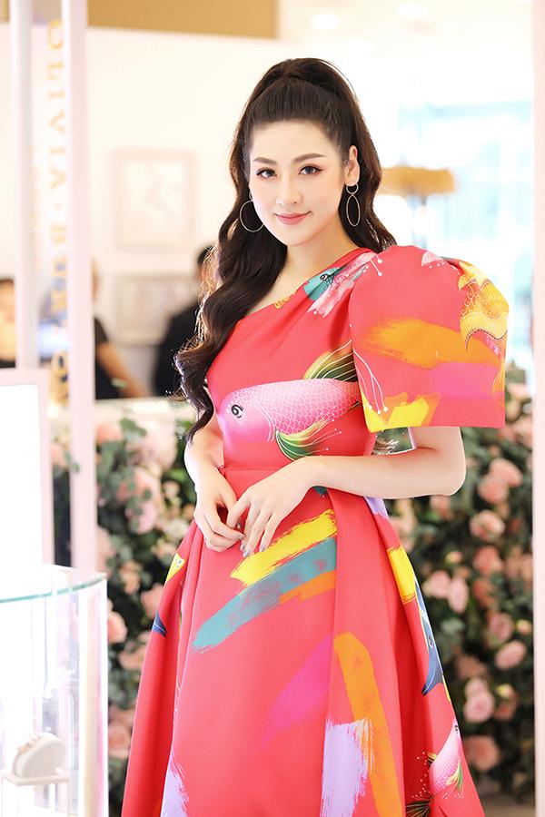 Xuất hiện tại sự kiện khai trương một cửa hàng đồng hồ chiều 10/8, cô diện váy màu nổi của nhà thiết kế Vũ Ngọc và Son.