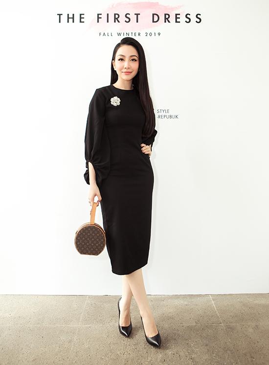 Xuất hiện tại show diễn thời trang kỷ niệm 5 năm thành lập thương hiệu cá nhân của nhà thiết kế Lê Trung Hậu, Linh Nga gây sức hút bởi nét sang trọng và hiện đại.