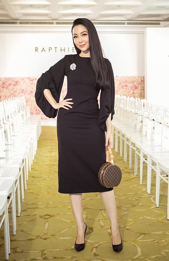 Người đẹp chọn mẫu túi trống Louis Vuitton hot trend để hoàn thiện set đồ đen.