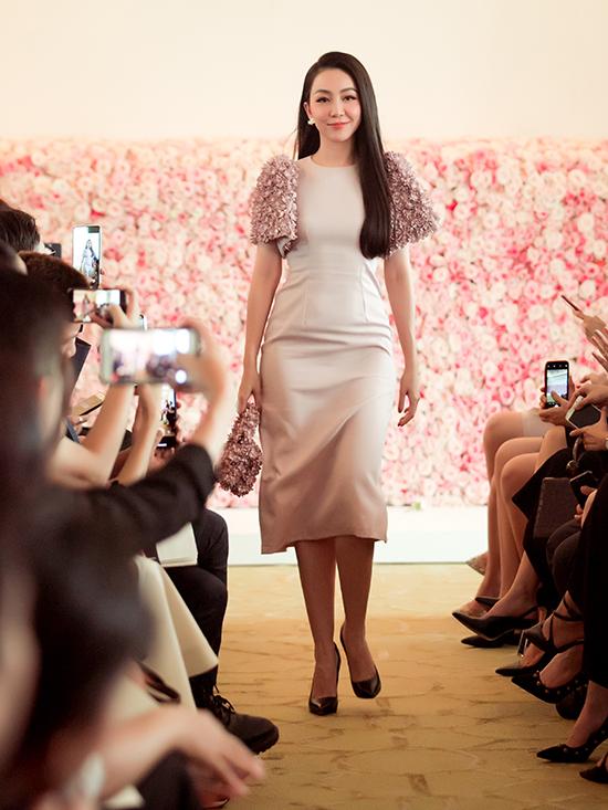 Không chỉ đến tham dự show diễn với tư cách khách mời danh dự, Linh Nga còn đảm nhận vai trò vedette.
