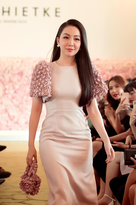Váy ôm khít eo, trang trí những cánh hoa 3D xinh xắn được chuẩn bị riêng cho Linh Nga.