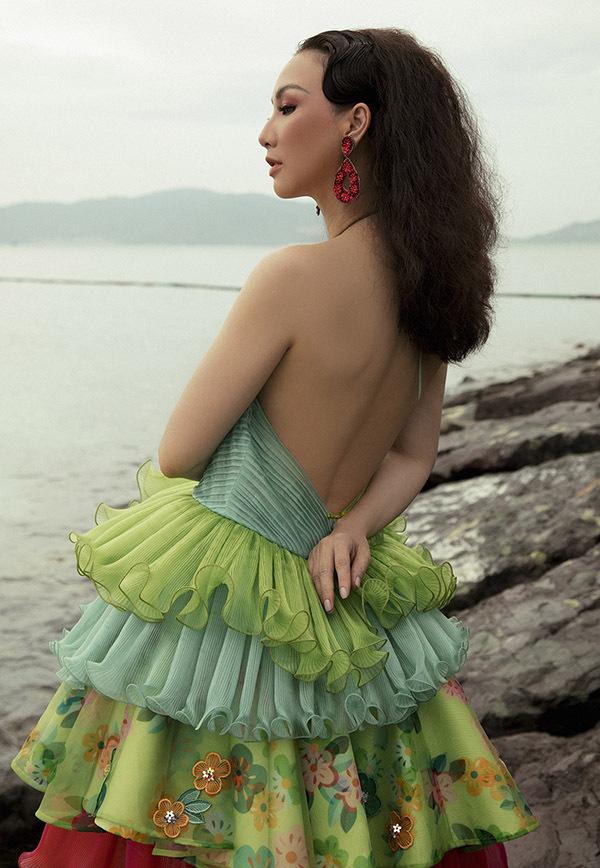 Hoa hậu ba con tự tin phô lưng trần nuột nà dù cận kề tuổi 40.