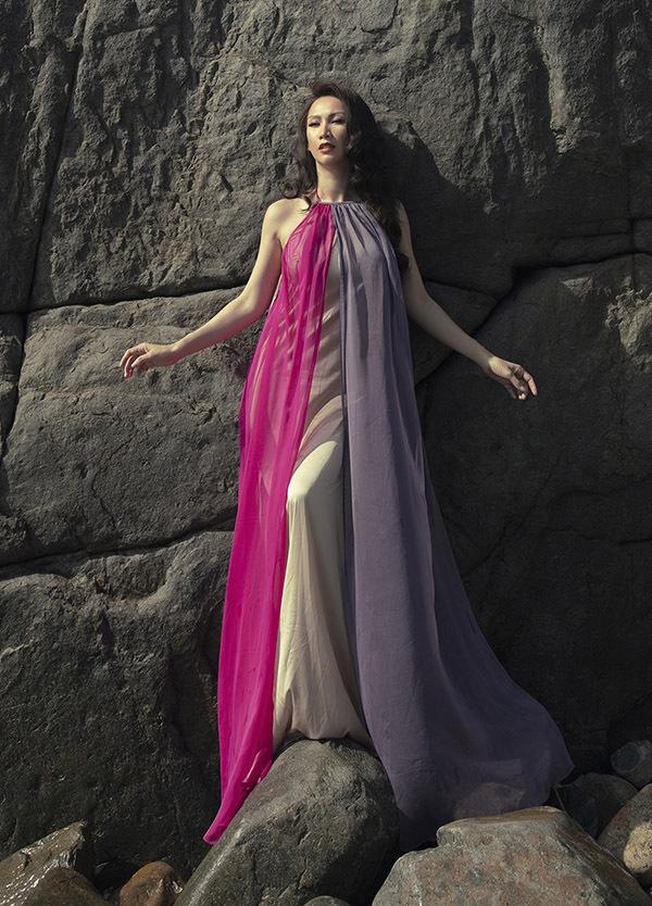 Paris Vũ tôn chiều cao với váy suông dài quét đất.