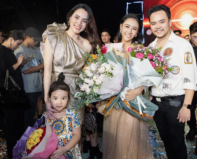 Trang Nhung cùng ông xã và con gái lớn cũng có mặt trong đêm chung kết để cổ vũ cho Lương Ánh Ngọc.