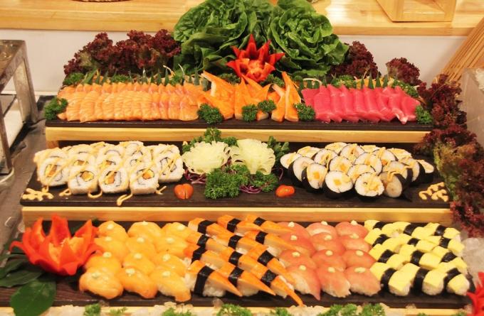 Khách vãng lai có cơ hội thưởng thức thực đơn hải sản cao cấp gồm tôm, cua, sashimi cá hồi... chỉ với 490.000 đồng một khách. Để đặt tiệc hoặc biết thêm chi tiết, liên hệ: Hotline: +84 936 314 388. Email: esm@eastingrandsaigon.com. Ảnh: Eastin Grand Saigon.