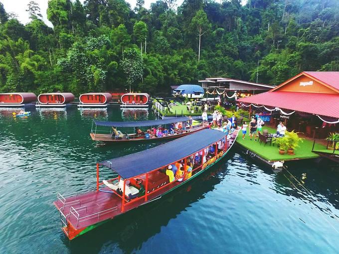 Sống ảo ở nhà bè hình con nhộng trên mặt hồ ở Thái Lan