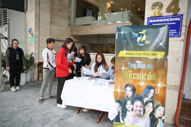 Các khách hàng tới đăng ký tham gia chương trình phẫu thuật thẩm mỹ miễn phí Thay nhan sắc -Đổi cuộc đời.