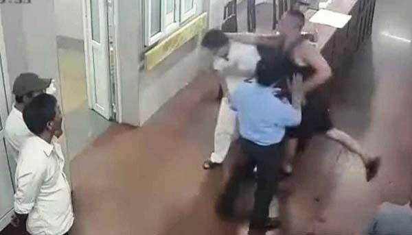 Hình ảnh từ camera an ninh cho thấy, Bắc nhiều lần tấn công y bác sĩ dù bảo vệ can ngăn.