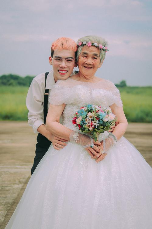 Cô dâu trong bộ ảnh này là cụ Nguyễn Thị Dư (88 tuổi) là bà nội của Tạ Công Bằng - phù dâu* trong ảnh cưới.*Phù dâu: người hỗ trợ cô dâu, có thể là nam hoặc nữ.