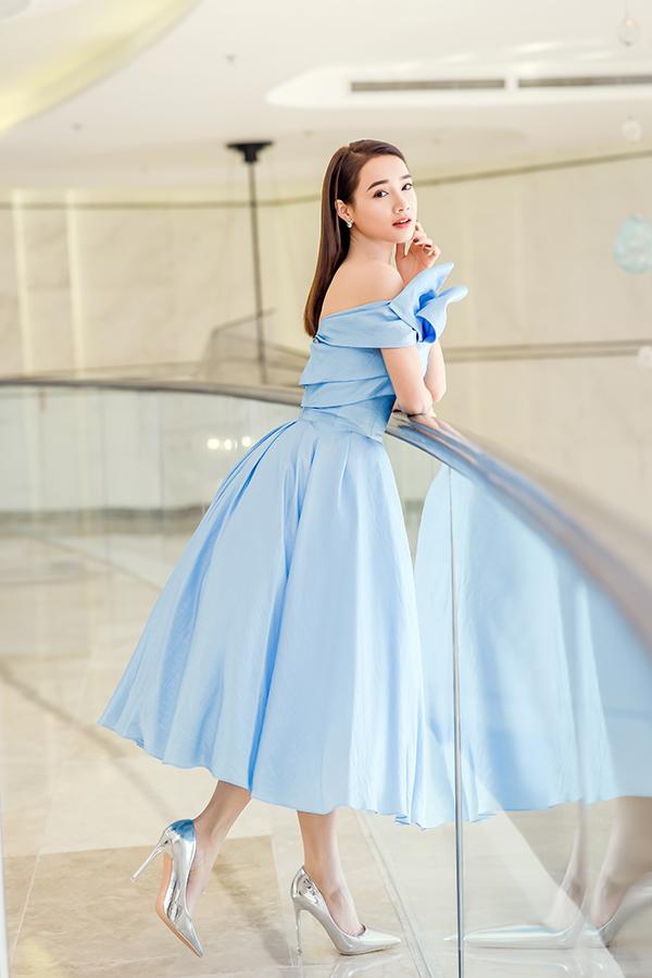Tại sự kiện ở Đà Nẵng, cô được stylist Kye Nguyễn chọn cho bộ đầm màu xanh nhạt dáng công chúa của nhà thiết kế Lê Thanh Hòa.