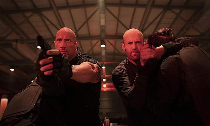 Dwayne Johnson (trái) và Jason Statham tiếp tục đấu khẩu và cùng nhau trổ tài quyền cước trong Hobbs & Shaw.