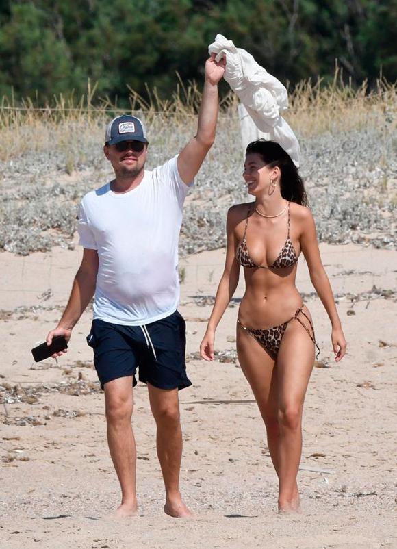Nam diễn viên 44 tuổi đang tận hưởng kỳ nghỉ dài với cô bạn gái xinh đẹp Camila Morrone ở Địa Trung Hải. Cặp đôi được trông thấy vui vẻ tản bộ trên bãi biển hôm 11/8.