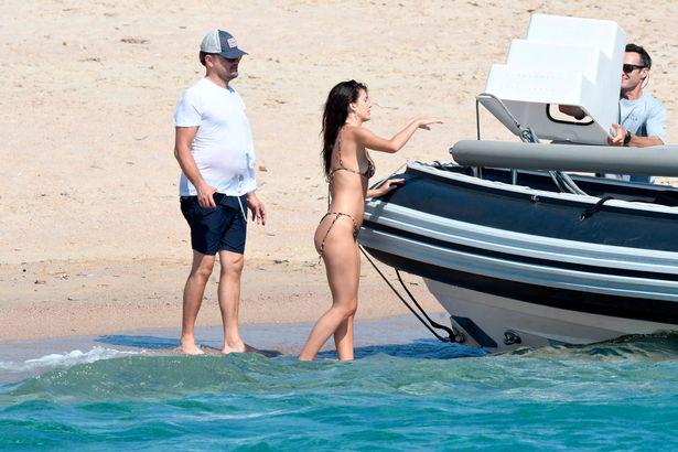 Bồ trẻ diện bikini nhỏ xíu tắm biển với Leonardo DiCaprio - 5