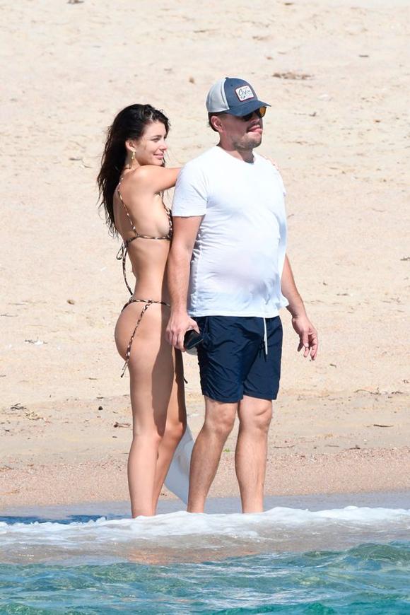 Bồ trẻ diện bikini nhỏ xíu tắm biển với Leonardo DiCaprio - 8