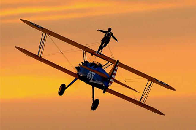 Đứng trên nóc máy bay - trải nghiệm không dành cho người yếu tim
