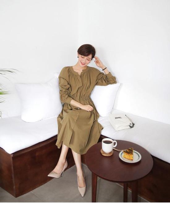 Ngoài sắc nâu, cafe sữa, trang phục đơn sắc và màu trung tính cũng là lựa chọn phù hợp để diện đến văn phòng vào những ngày đầu thu.