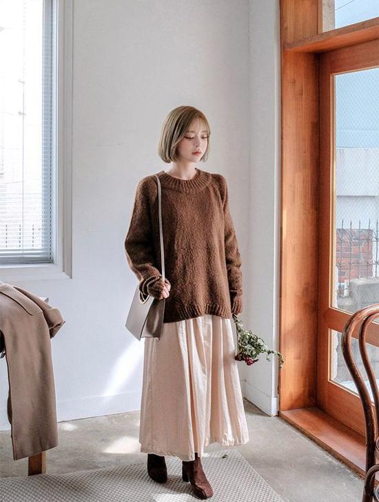 Áo len dáng rộng, chân váy vải tuyn vừa phong cách vừa mang lại cảm giác thoải mái cho phái đẹp trong những ngày mưa.