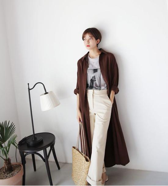 Một chút cá tính với cách sử dụng áo sơ mi dáng dài đi cùng áo thun in hoạt tiết và quần kaki ống suông. Set đồ phù hợp với những cô nàng có chiều cao lý tưởng.