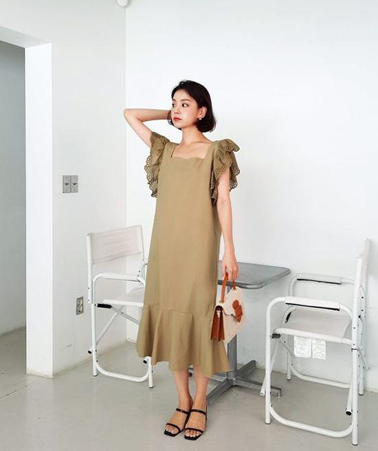 Đầm không kén dáng được trang trí thêm phần cầu vai xếp layer để tăng sự điệu đà cho người mặc.