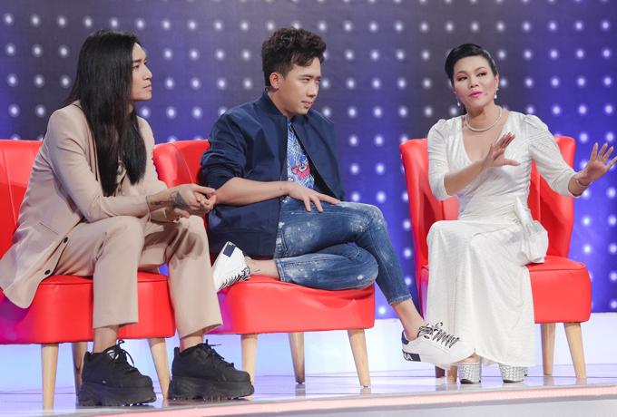 Ngọc Huyền, Trấn Thành và BB Trần hợp thành một đội so tài đoán giọng hát của các thí sinh với đội Kim Tử Long - Trường Giang - Puka.