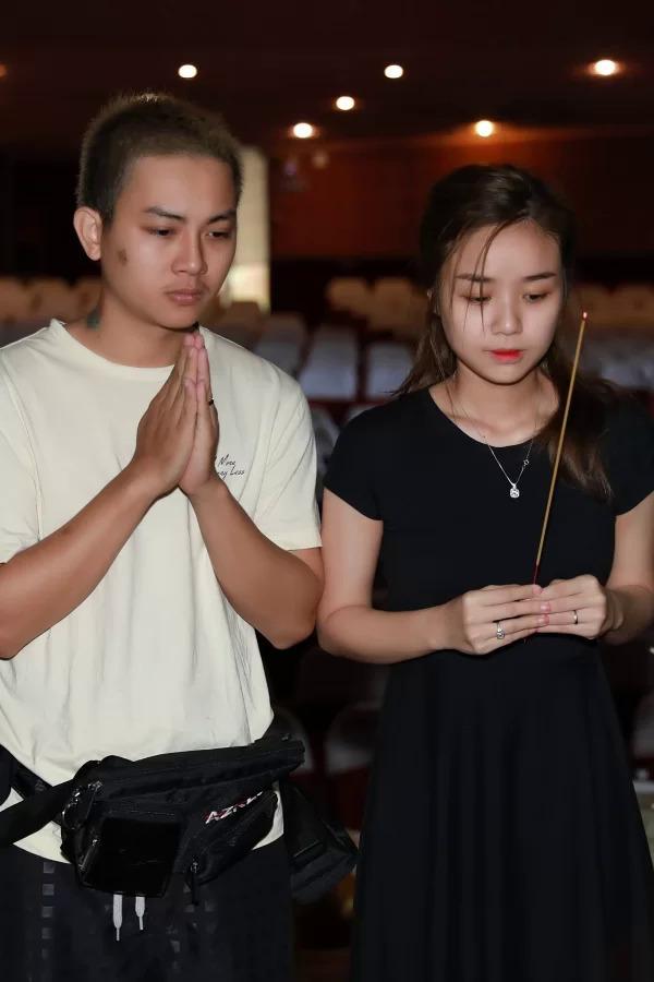 Hoài Lâm và bà xã Bảo Ngọc đếnsân khấu tập luyện chovởcải lương Lan và Điệp hôm 26/7.