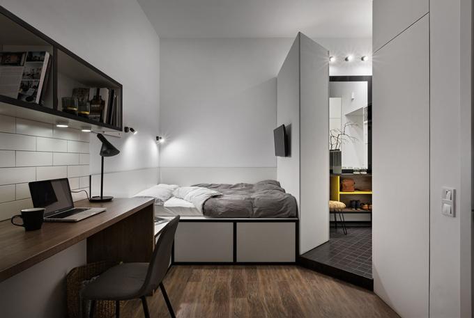 Giường ngủở bên trên và ngăn đựngđồ bên dưới để tối ưu hóa không giantrong căn phòng. Phía trên tường có gắn đèn ngủ và TV.