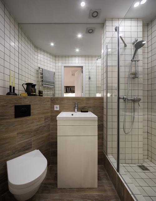 Phòng tắm ngay bên cạnh lối vào. Căn phòngnhỏ có bồn rửa mặt, bồn cầu và khu vực tắm. Riêng bồn rửa mặt có ngăn kéo, tủ đựng phía dưới để gia chủ cất đồ trang điểm, thiết bị vệ sinh...