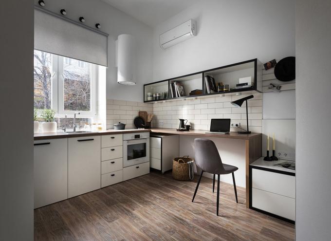 Các khu vực chức năng trong căn hộđược sắp xếp quanh tường, bao khu vực trung tâmđể tạo không gian mở cho việc di chuyển. Tôngmàu trắng trung tính được kết hợp với các chi tiết bằng gỗ và nội thất cómàu đen để giữ cho thiết kế không trở nên rối rắm.