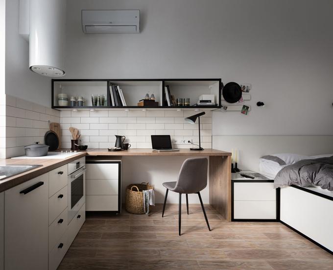 Khu vực học tập, làm việc có kệ gắntường để đựngsách vở, phía dưới là tủ nhiều ngăn kéo có chân để dễ dàng di chuyển, nhét gọn vào khu vực bếp khi không có nhu cầu sử dụng.