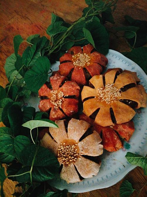 Một món bánh hoa được chị Linh làm bằng các nguyên liệu organic, tốt cho sức khỏe. Chị dùng chính màu sắc của các loại củ, quả để nhuộm màu cho hoa.