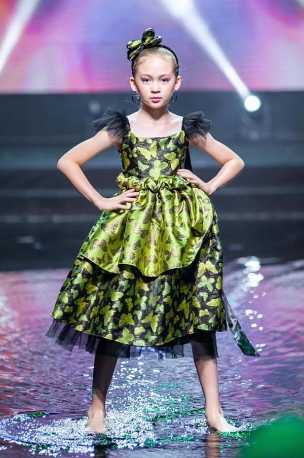Elizabeth tự tin trình diễn trên sân khấu nước tại sự kiện mừng sinh nhật tuổi 15 của báo Ngoisao.net, vào giữa tháng 4/2019.