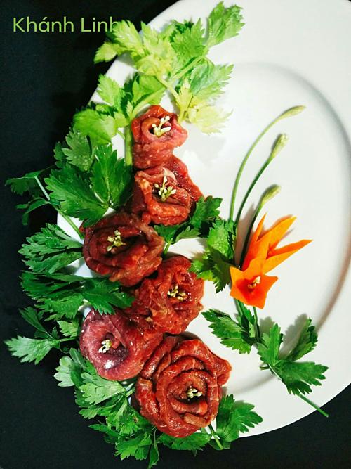 Nấu ăn không chỉ là sở thích mà trở thành đam mê với chị từ lúc nào không hay. Tất cả các bữa cơm nhà, từ các món đơn giản tới nấu cỗ cho mấy chục người, chị Linh đều có thể xử lý trơn tru. Hay trong các cuộc đi chơi với bạn bè, bà mẹ Sài Gòn cũng luôn được mọi người tin tưởng giao vai trò bếp trưởng.