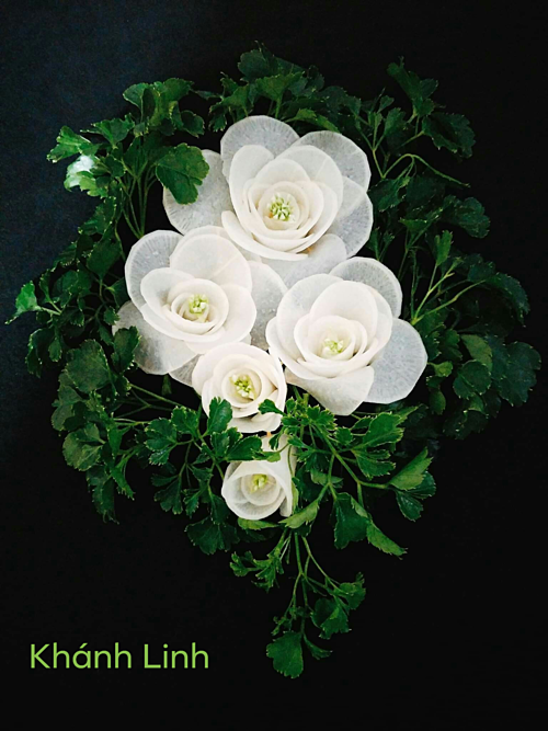 Đĩa củ cải muối chua được trình bày như khóm hoa hồng trắng. Nhụy hoa được làm từ bông hẹ.