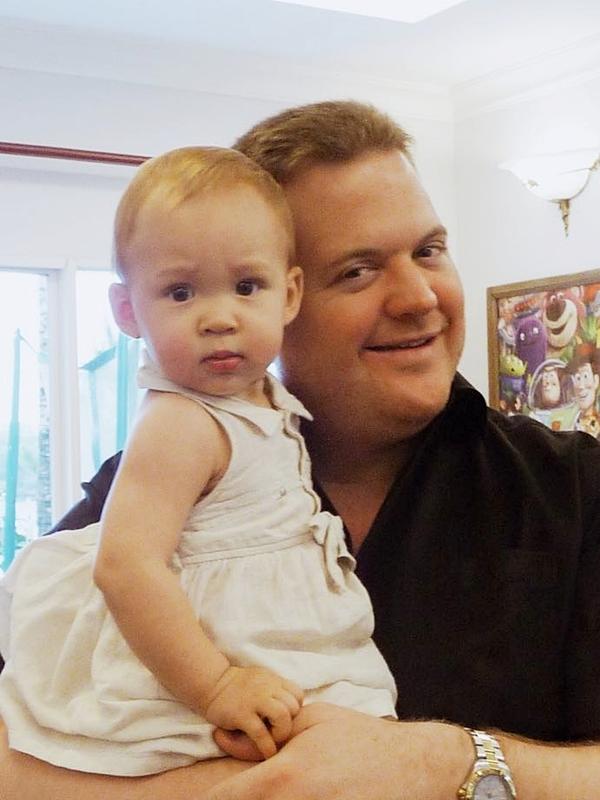 Bé  Elizabeth bên bố lúc còn nhỏ.