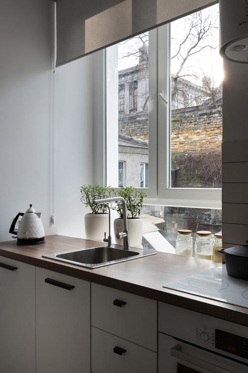 Bậu cửa sổ nằm sau bàn bếplà nơi đặt lọ gia vịvà trồng các cây thảo mộc.