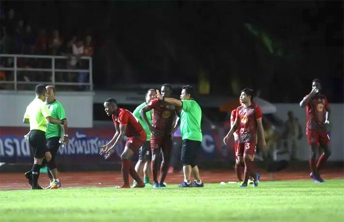 Cầu thủ Trat phản đối quyết định công nhận bàn thắng cho Buriram của trọng tài. Ảnh: TS.