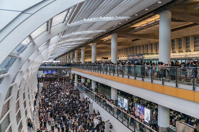 Tình trạng biểu tình ở sân bay Hong Kong ngày càng nghiêm trọng.