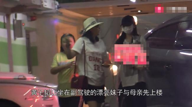 Sau bữa ăn, cô gái theo Hoàng Tử Thao về nhà.