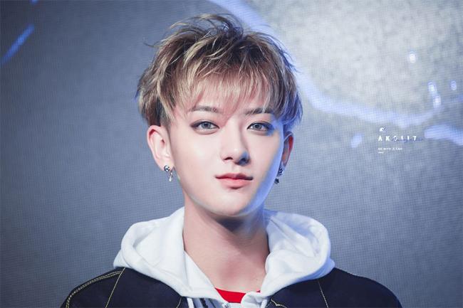 Hoàng Tử Thao sinh năm 1993, là thành viên của nhóm nhạc EXO. Ngoài vai trò ca sĩ, anh mới chuyển hướng đóng phim trong hơn một năm gần đây và tham gia nhiều tác phẩm như Mùa hè, chân dung tuổi 19, Thiết đạo phi hổ và Quy tắc trò chơi, Đại thoại tây du: Yêu người một vạn năm...