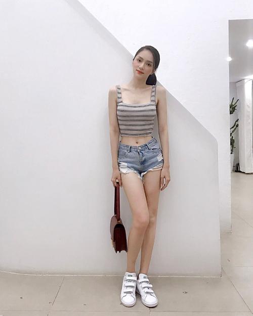 Hoa hậu chuyển giới Hương Giang tự tin khoe eo thon với street styletrẻ trung, năng động.