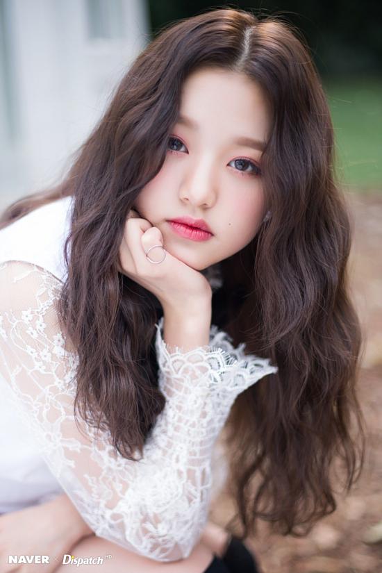 Jang Won Young sinh năm 2004 đứng vị trí thứ 5 trong bảng xếp hạngvà là gương mặt mới nổi trong thời gian gần đây. Cô ra mắt với tư cách là thành viên của nhóm nhạc IZ*ONE sau khi chiến thắng chương trình Produce 48. Người đẹp từng chia sẻ cô học Tiếng Anh khi vàomẫu giáo tại một trường quốc tế. Điều này khiến nhiều người tin rằng Won Young xuất thân từ gia đình giàu có vì việc theo học tại các trường quốc tế khi còn bé khá đắt đỏ tại Hàn Quốc. Hiện tại, nữ ca sĩ cùng các thành viên khác dành thời gian nghỉ ngơi sau khi vừa ra mắt album thứ hai có tựa đề Heart*IZ.