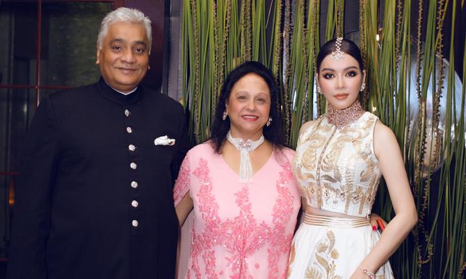 Lý Nhã Kỳ mặc váy thêu chỉ vàng dự sinh nhật tỷ phú Ấn Độ