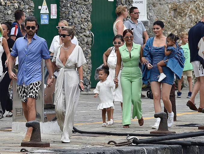 Kylie cùng mọi người lên thành phố Portofino để tham quan, mua sắm.